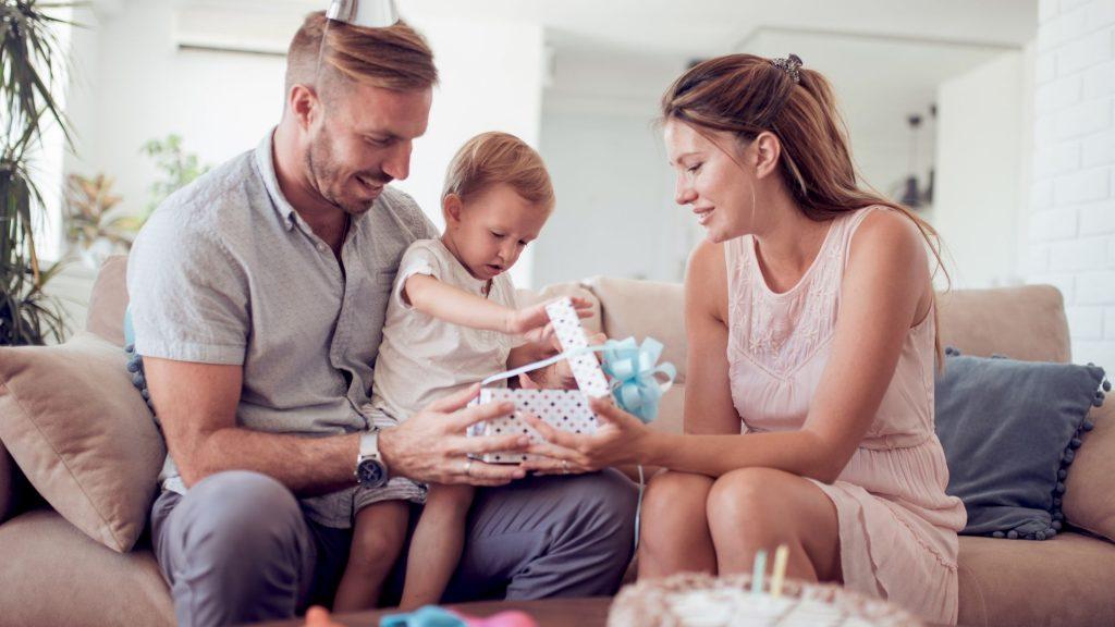 parintii pregatesc cadouri pentru copii